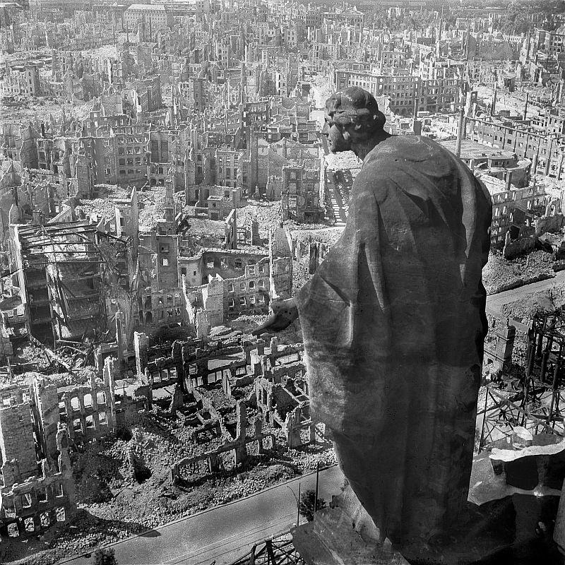 La ciudad alemana de Dresde tras los bombardeos de febrero de 1945. Fotografía de Richard Peter.