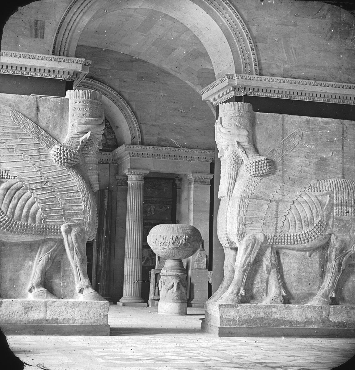 Salón asirio. Museo del Louvre. Década de 1910. William Henry Goodyear Archival Collection.