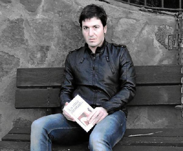 129048_83485_Carlos-Maleno-con-un-ejemplar-de-su-segunda-novela-'La-rosa-ilimitada'_G