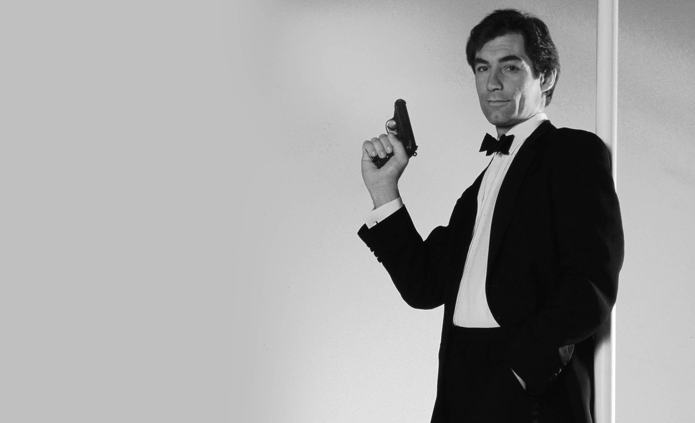 Timothy-Dalton-james-bond-BW